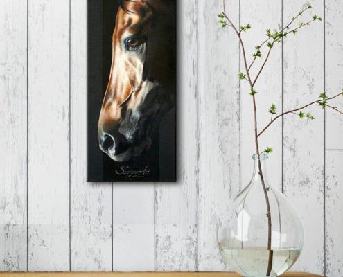 Art équin : mise en situation du tableau ARAGONITAE, avec une tête de cheval en ombres et lumières, réalisé avec la technique de la peinture à l'huile, sur fond noir. Meilleur artiste équin peintre animalier.