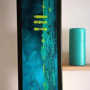 Art abstrait animalier : tableau CHAYUK, tableau abstrait avec une silhouette de chat, et élément phosphorescent, réalisé avec la technique de la peinture acrylique, avec un fond graphique