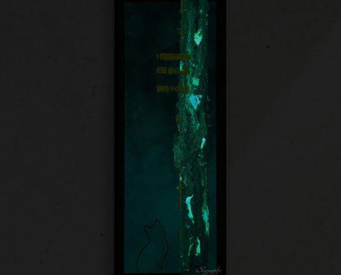 Art abstrait animalier : tableau CHAYUK dans le noir, tableau abstrait avec une silhouette de chat, et élément phosphorescent, réalisé avec la technique de la peinture acrylique, avec un fond graphique