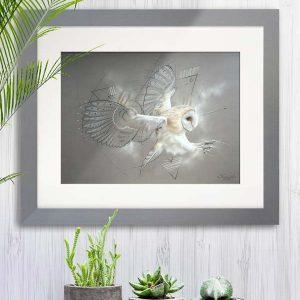 Art animalier : mise en situation du tableau ELAPHROS, une chouette effraie, réalisé avec la technique du pastel sec, avec un fond moderne et graphique. Meilleur artiste pastelliste animalier.
