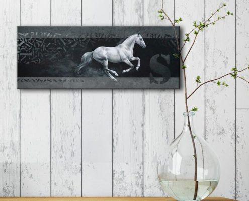 Art équin : mise en situation du tableau ESCAPE, un cheval gris au galop, réalisé avec la technique de la peinture acrylique, avec un fond moderne et graphique. Meilleur artiste équin peintre animalier.