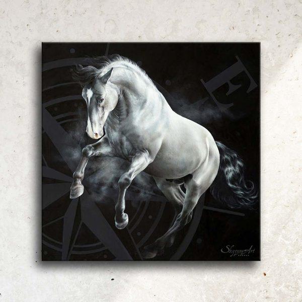 Art équin, œuvre d'art équestre : zoom sur tableau EST, un cheval gris au galop, réalisé avec la technique de la peinture acrylique et à l'huile, avec une rose des vents sur fond noir. Meilleur artiste équin peintre animalier.