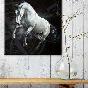 Art équin : mise en situation du tableau EST, un cheval gris au galop, réalisé avec la technique de la peinture acrylique et à l'huile, avec une rose des vents sur fond noir. Meilleur artiste équin peintre animalier.