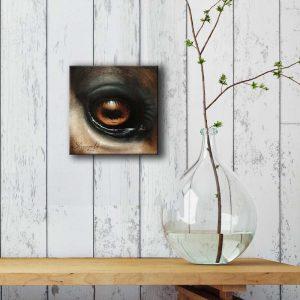 Art équin : mise en situation du tableau I SEE YOU II, représentant l'œil d'un cheval, réalisé avec la technique de la peinture à l'huile. Meilleur artiste équin peintre animalier.