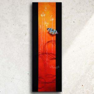 Art abstrait animalier : tableau NIMYKO, avec un papillon, réalisé avec la technique de la peinture acrylique, fond orange et rouge moderne et graphique