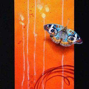 Art abstrait animalier : zoom du tableau NIMYKO, avec un papillon, réalisé avec la technique de la peinture acrylique, fond orange et rouge moderne et graphique