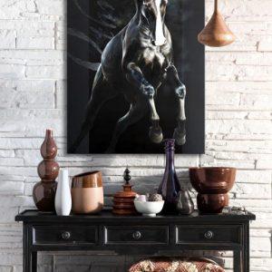 peintre animalier contemporain, art équestre portrait cheval tableau Art équin : mise en situation du tableau OTHRYS, un cheval noir qui saute, réalisé avec la technique de la peinture acrylique et à l'huile, effet typographique sur fond noir. Meilleur artiste équin peintre animalier. Art animalier de luxe