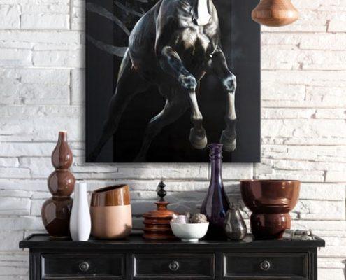 Art équin : mise en situation du tableau OTHRYS, un cheval noir qui saute, réalisé avec la technique de la peinture acrylique et à l'huile, effet typographique sur fond noir. Meilleur artiste équin peintre animalier. Art animalier de luxe