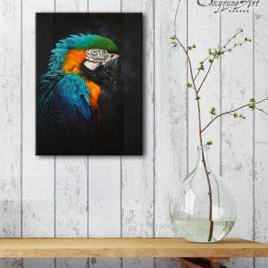 Art animalier : mise en situation du tableau RAINBOW FEATHERS, avec un ara bleu, réalisé avec la technique de la peinture acrylique, sur fond noir moderne et graphique. Meilleur artiste peintre animalier.