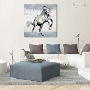 Art équin : mise en situation du tableau ZEPHYR, grand format avec un étalon espagnol gris au galop, réalisé avec la technique de la peinture à l'huile, sur fond clair moderne graphique. Meilleur artiste équin peintre animalier.