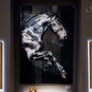 Portrait équin, tableau original d'un cheval dans un style réaliste en ombre et lumière, réalisé avec la technique de la peinture à l'huile par Skyzune ART. Meilleur artiste peintre équin et animalier. Tableau original animalier contemporain et graphique de Skyzune ART, artiste peintre pastelliste en art équin et animalier réaliste en ombre et lumière, à la peinture acrylique, à la peinture à l'huile et au pastel, art mural, décoration d'intérieur moderne, art de luxe, décoration hôtel design intérieur luxe