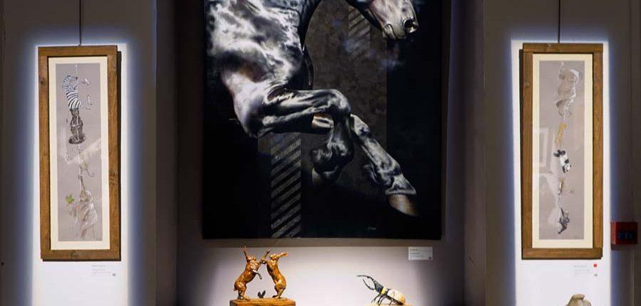 tableau cheval Portrait équin, tableau original d'un cheval dans un style réaliste en ombre et lumière, réalisé avec la technique de la peinture à l'huile par Skyzune ART. Meilleur artiste peintre équin et animalier. Tableau original animalier contemporain et graphique de Skyzune ART, artiste peintre pastelliste en art équin et animalier réaliste en ombre et lumière, à la peinture acrylique, à la peinture à l'huile et au pastel, art mural, décoration d'intérieur moderne, art de luxe, décoration hôtel design intérieur luxe
