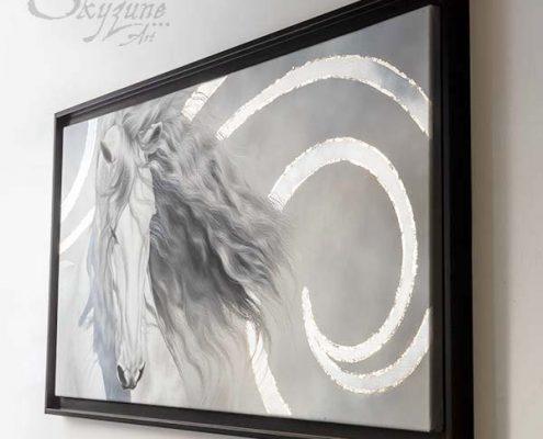 Tableau original d'un cheval, étalon espagnol gris, style réaliste en ombre et lumière et fond graphique moderne clair et feuille d'argent, à la technique de la peinture à l'huile par Skyzune ART. Meilleur artiste peintre pastelliste équin et animalier contemporain, peinture animalière, animaux, portraitiste, Portrait cheval, chevaux, équestre, Tableau original contemporain et graphique, Art moderne à la peinture acrylique, à la peinture à l'huile et au pastel. Art mural décoration d'intérieur moderne art de luxe décoration hôtel design intérieur luxe